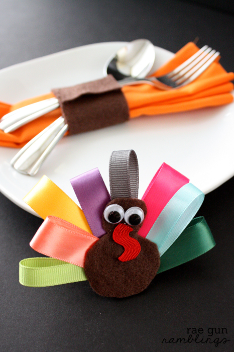 Super easy no-sew turkey napkin rings that double as festive hair clips. Tutorial at Rae Gun Ramblings #turkeytablescapes