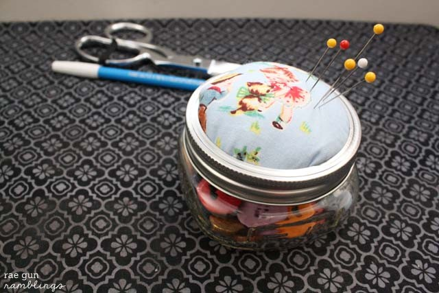 Cute easy girlfriend gift idea. Mason Jar pin cushion. Tutorial at Rae Gun Ramblings