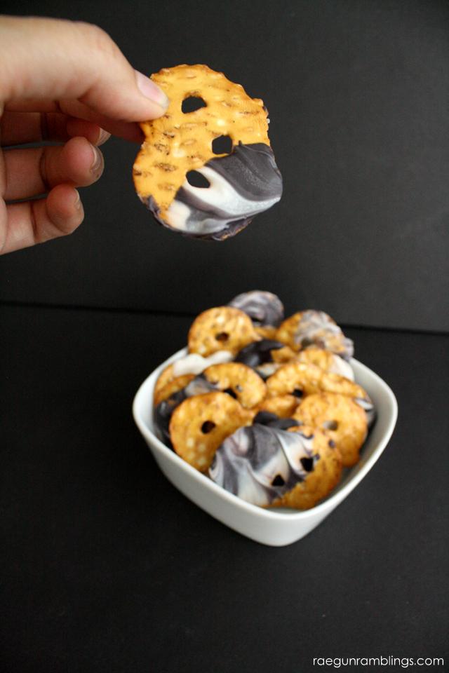 How to make marble chocolate dipped pretzels the easy way - Rae Gun Ramblings