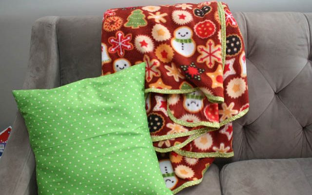 30 minute family sized blanket tutorial - Rae Gun Ramlings