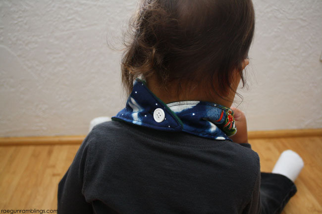 10 minute DIY Christmas baby scarf tutorial