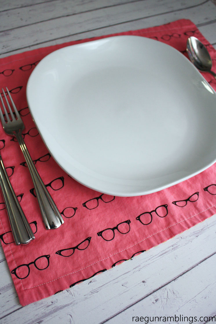 Very easy DIY 15 minute reversible placemats sewing tutorial and free pattern