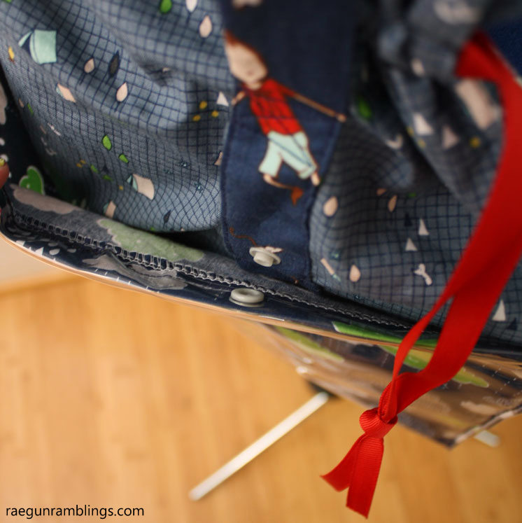 So many great details in this free sewing pattern. Vinyl bottom bag tutorial