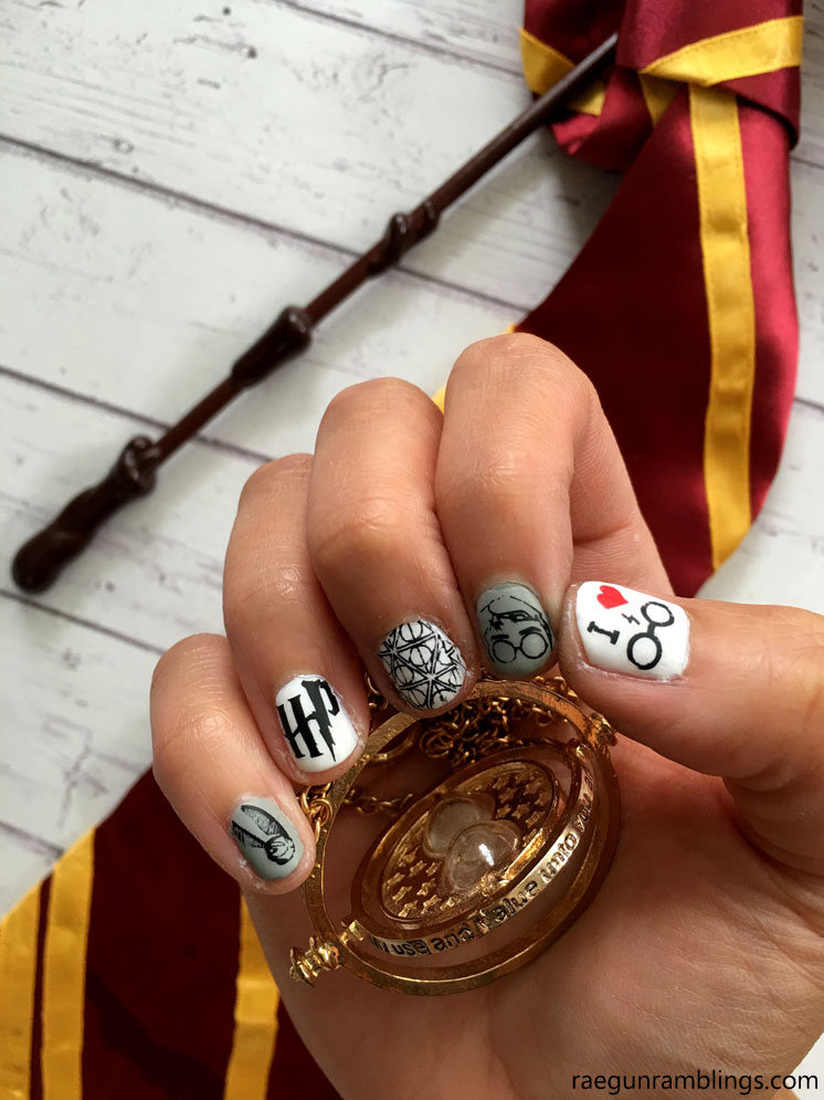 How awesome are these Harry Potter nails. Must try this nail stamping tutorial