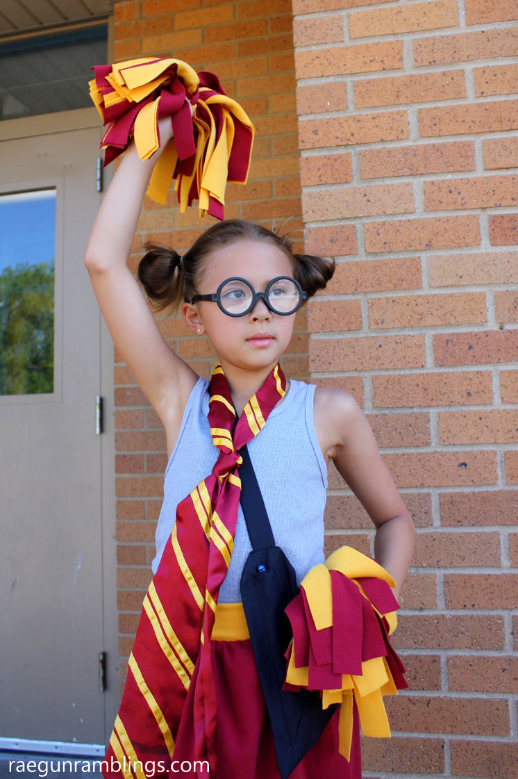 SO fun Gryffindor cheerleader and how to make pom poms in just 5 minutes