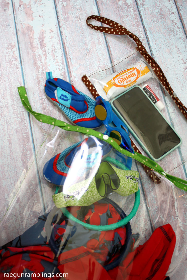 Free sewing pattern for pool wet bags. Clutch size for phone splash protection and large pool tote for everything else.