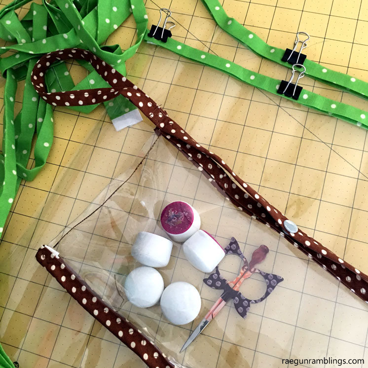 Love this make wet bags out of clear vinyl. Large ones for pool stuff and small ones for splash clutches. Great 20 Minute sewing tutorial.